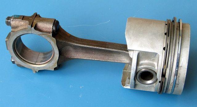 lnternal combustion engine में Connecting rod, crank shaft और piston को जोडती है